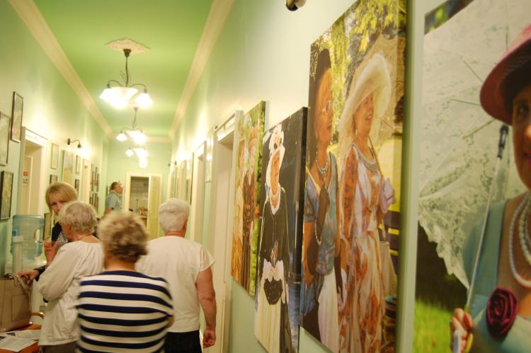 Pabianiccy seniorzy na korytarzu wrocławskiego centrum