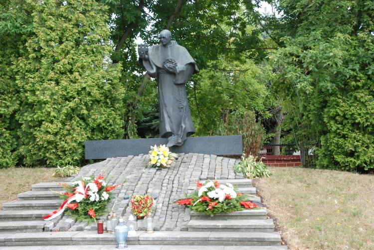 Pomnik św. Maksymiliana przy kościele św. Mateusza