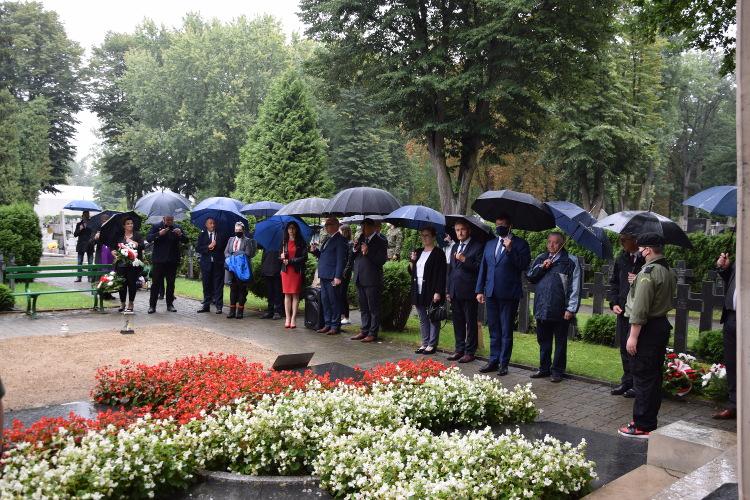 samorządowcy miasta i powiatu oraz delegacje stojące przed pomnikiem