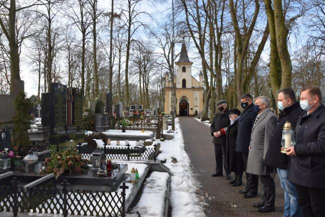 przedstawiciele samorządu miasta i powiatu oraz kombatantów zapalili znicze na grobie ks. kanonika Leonarda Urbankiewicza