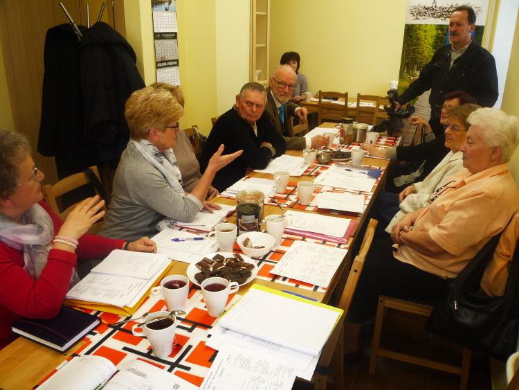 Członkowie Rady omawiają program otwartego spotkania dla seniorów